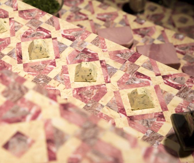 Scénographie soirée jambon beurre détail motif beurre pyramide conçu par le studio frvr