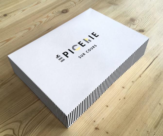épicerie sur cours logo et identité visuelle détail bloc note par le studio de design frvr