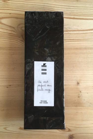 épicerie sur cours logo et identité visuelle détail étiquette sur paquet de thé par le studio de design frvr