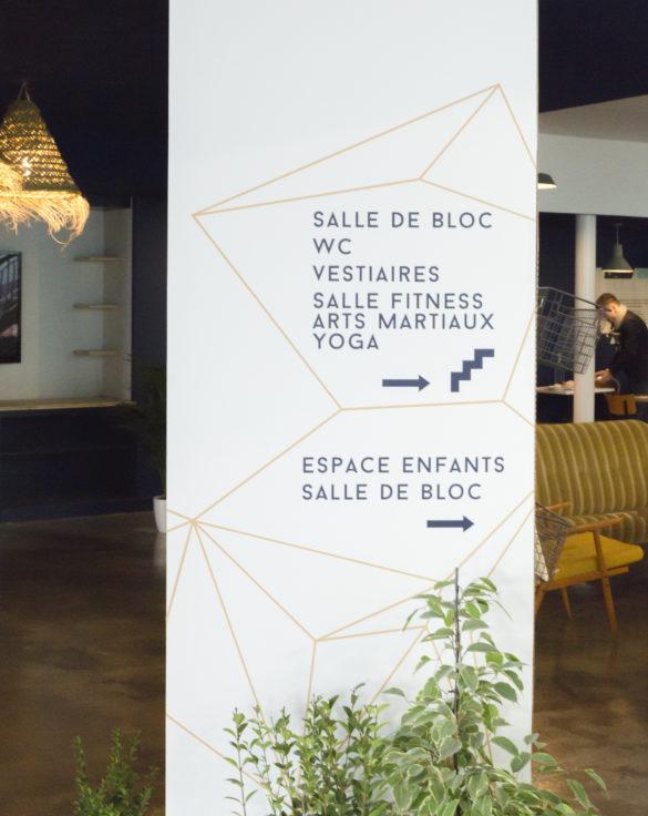 mroc bloc et bistro signalétique détail orientation adhésif sur panneau blanc architecture design d'espace studio frvr