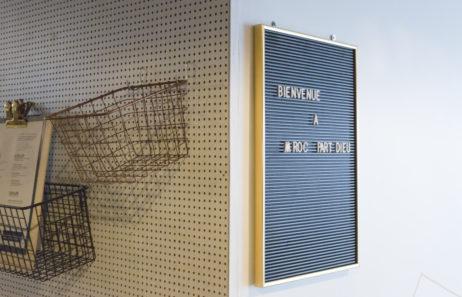 mroc bloc et bistro signalétique détail pilier panneau noir lettre casier à menu architecture design d'espace studio frvr