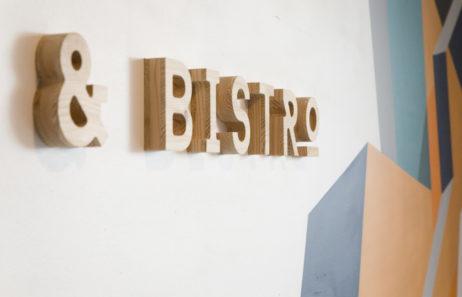 mroc bloc et bistrot signalétique détail enseigne en bois découpé architecture design d'espace studio frvr